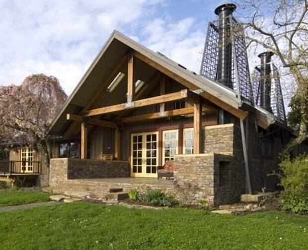 Строение, которое в полной мере сложно назвать деревянным домом, так как оно наполовину состоит из камня, но все же именно его деревянная часть делает дом настолько привлекательным.