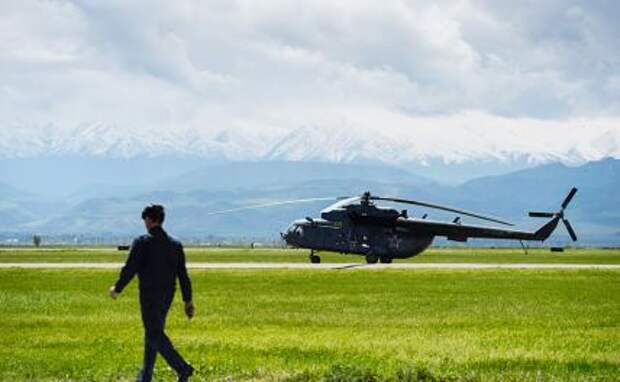 На фото: вертолет Ми-8 на авиабазе Кант