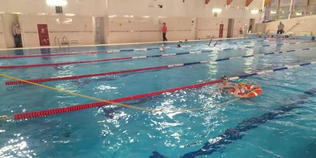Спасатели Москвы провели со школьниками 16 занятий по плаванию