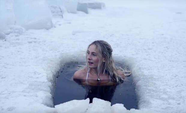 Женщина надела купальник, отправилась в прорубь и показала зарядку по-шведски