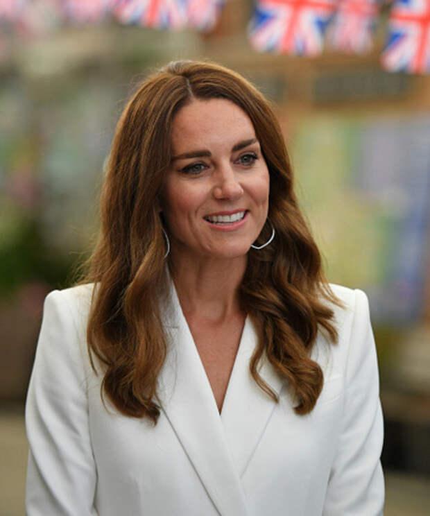 Королевская лилия: Кейт Миддлтон в белоснежном платье-блейзере