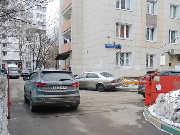 «Продавайте автомобили»: транспортники жестко намерены упорядочить парковку во дворах
