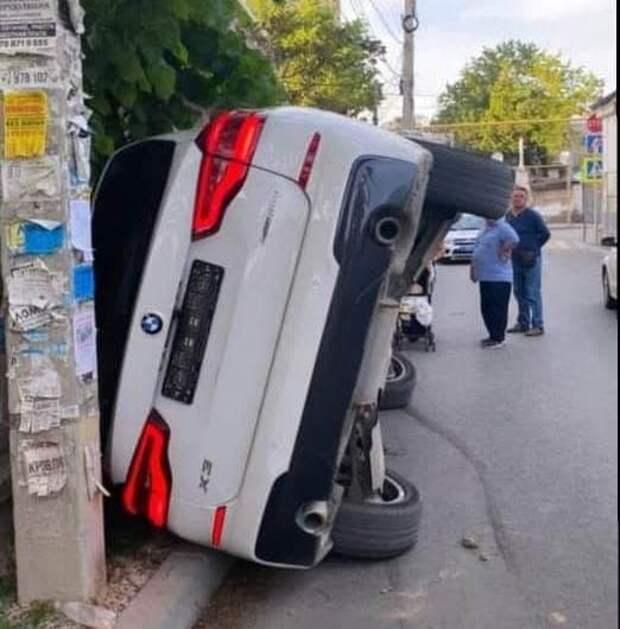 В Симферополе перевернулся BMW, внутри зажало женщину