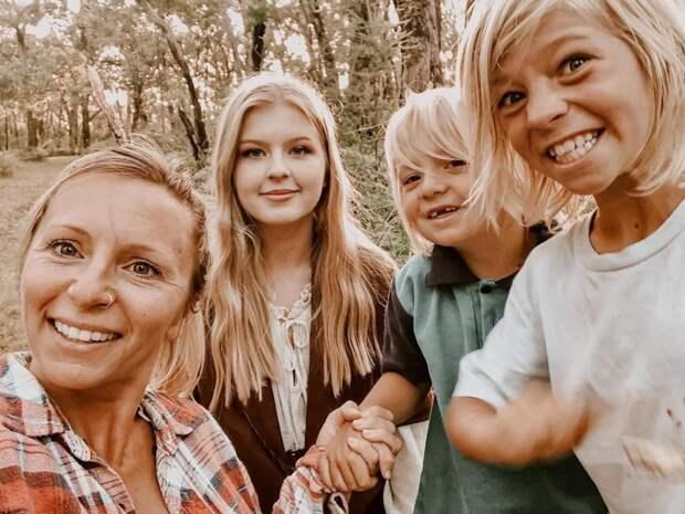 Супруги изАвстралии неводят детей вшколу, считая, что природное обучение куда полезнее