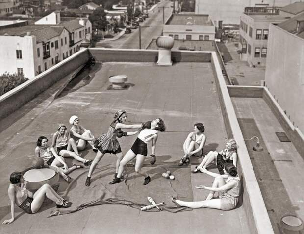 Женщины боксируют на крыше дома