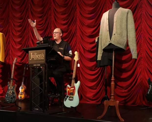 Кардиган Курта Кобейна продали за 334 тыс долларов на аукционе в Нью-Йорке