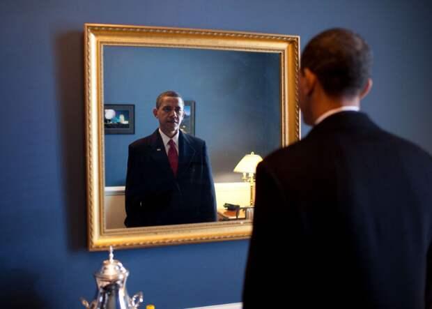 Одна из первых фотографий Обамы в Белом доме в качестве президента. Здесь он готовится принести клятву на инаугурации.
