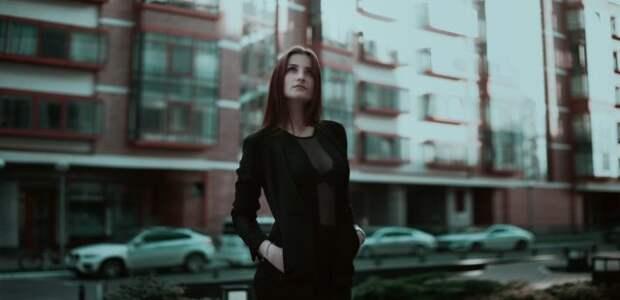 женщина на фото