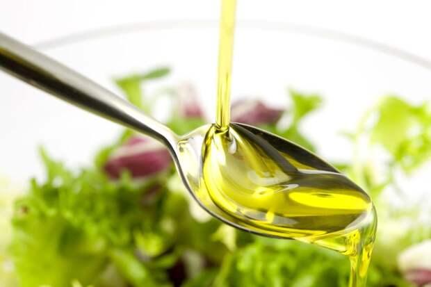 Для салатов лучше использовать не подсолнечное масло, а оливковое холодного отжима.