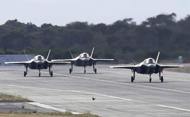 На фото: истребители пятого поколения F-35