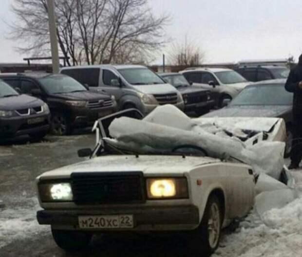 В Бийске упавший с крыши лед раздавил автомобиль ВАЗ Бийск, весна