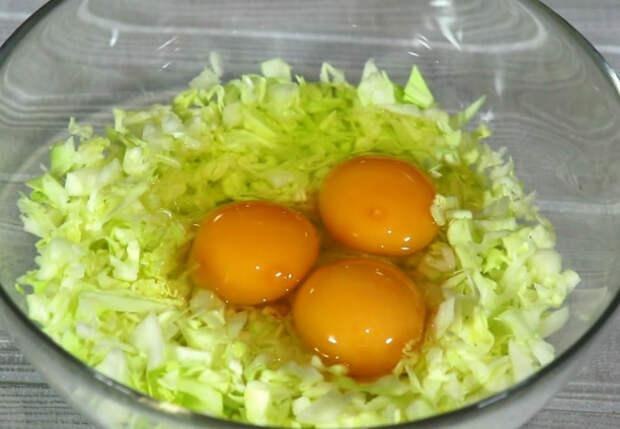 Добавляем яйца в капусту и за 3 минуты делаем пирог без замеса