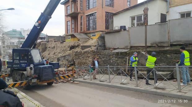 Стена строящегося дома рухнула вРостове прямо напроезжую часть