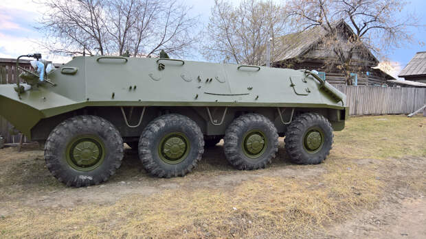 Двое солдат ВСУ оставили БТР в огороде ветерана и были избиты жителями села