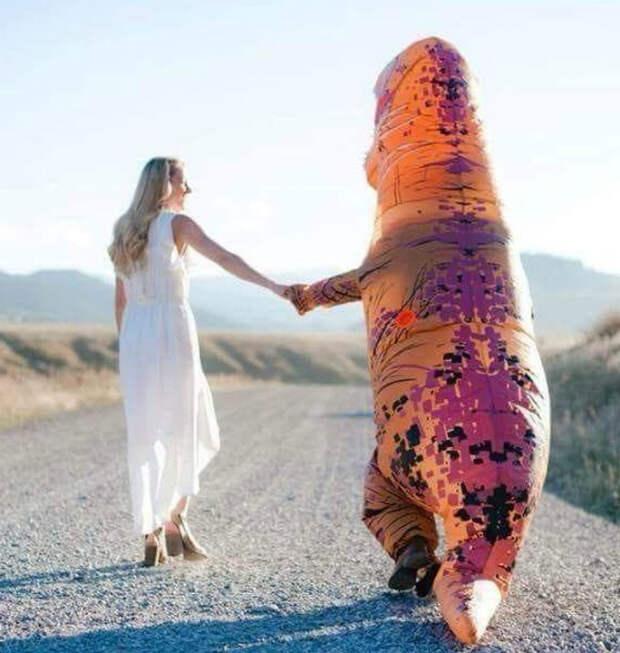 Жених в костюме динозавра.