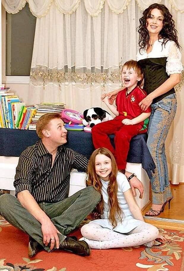 Дмитрий Стрюков и Анастасия Заворотнюк с детьми. / Фото: www.7days.ru