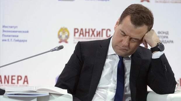 Медведев призвал активнее рассказывать о достижениях «Единой России». А то люди забывают.