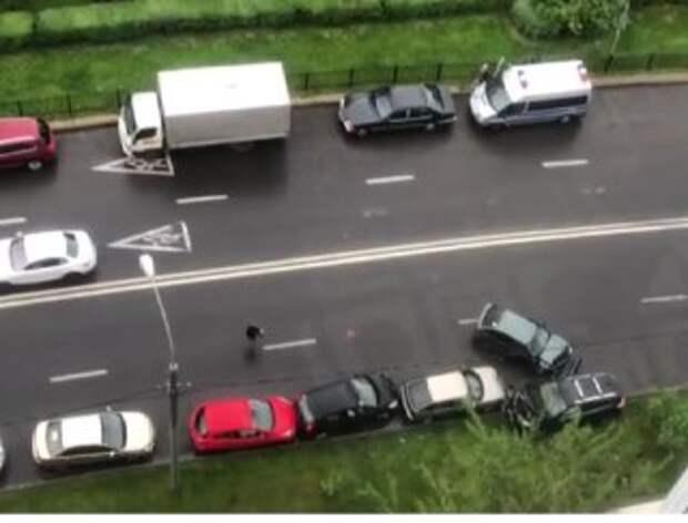 На Митинской автоледи легким движением руля повредила пять автомобилей