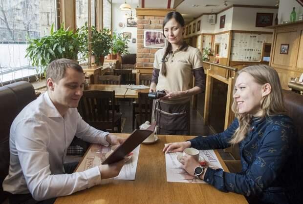 «Гулять так гулять!»: кто в Москве получает самые большие чаевые и кто их чаще дает