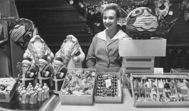 Игрушки в магазине Детский мир перед Новым 1960 годом.