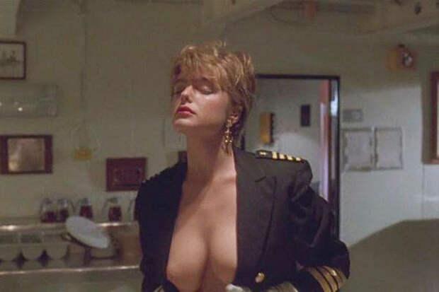 Классическое появление девушки (Эрика Элениак) из торта, да еще какой девушки. Видимо, июль в 1992-м (когда и вышел фильм «В осаде») был жарче, чем сейчас.