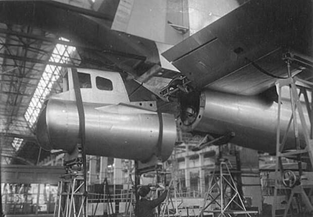 Сборка первых серийных самолетов Ту-4