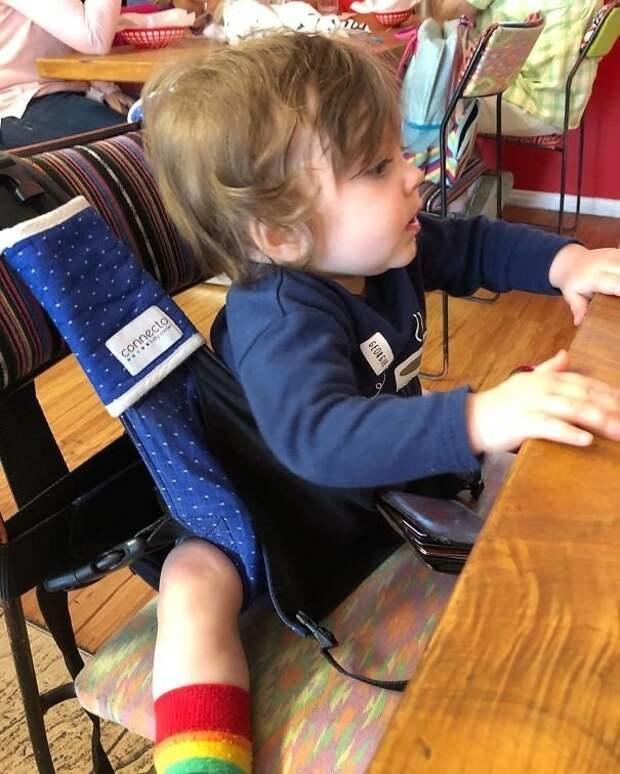 15. «Когда в ресторане нет детского кресла» Хитрость, дети, идея, полезно, родители, совет, фантазия
