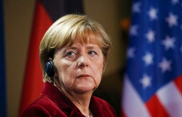 Меркель сидя слушала гимн Казахстана во время церемонии приема казахского президента