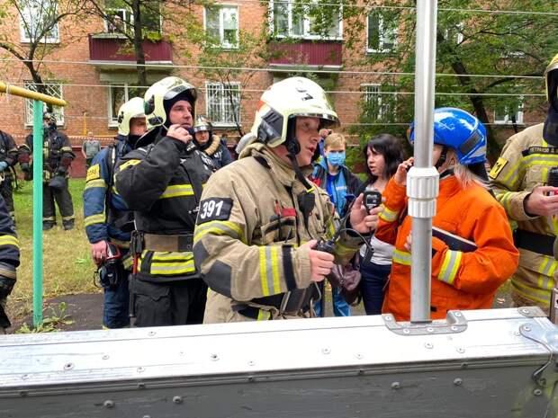 Пожарные эвакуировали из горящего дома в Москве 13 человек