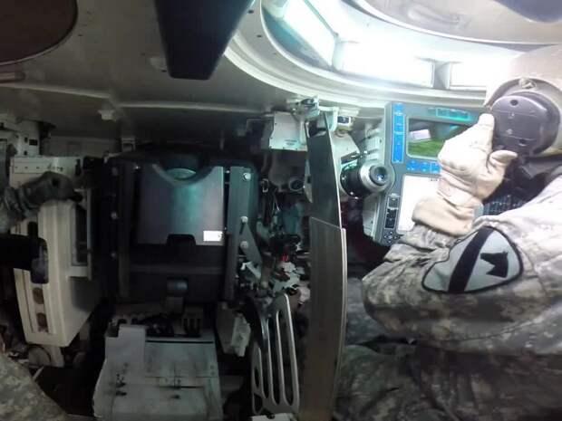 Камеру GoPro установили в танке и показали изнутри, как заряжают главное орудие
