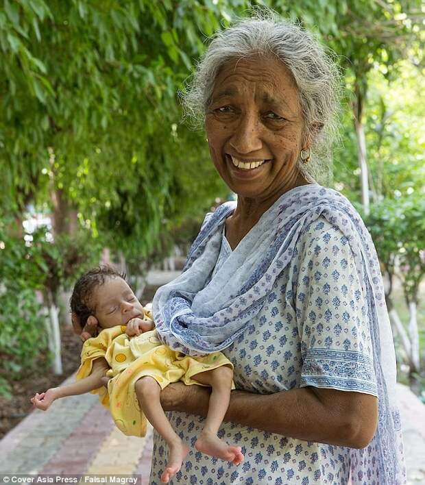 Счастливая мать с новорожденным Арманом Мать и сын, пожилая женщина, старородящие