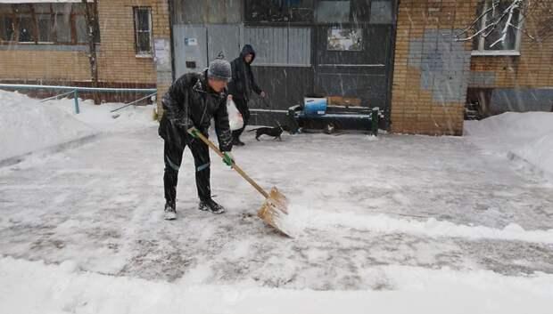 76 дворников расчищают от снега дворы в Климовске