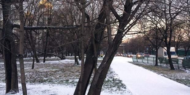 Загадочная женщина сидит на морозе во дворах на Адмирала Макарова