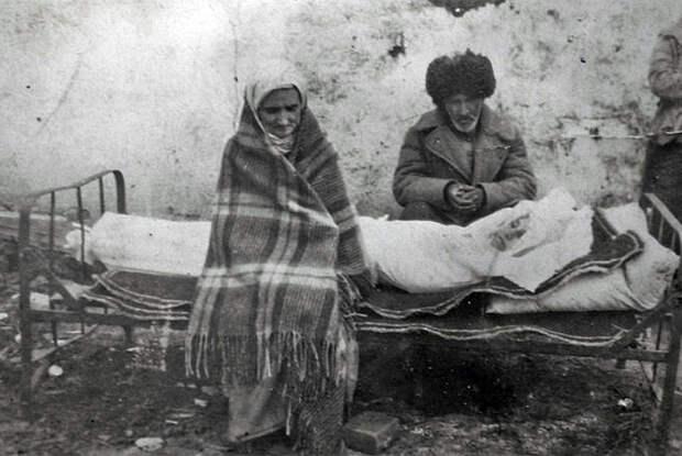 Ингушская семья Газдиевых у тела умершей дочери. Казахстан, 1944 год