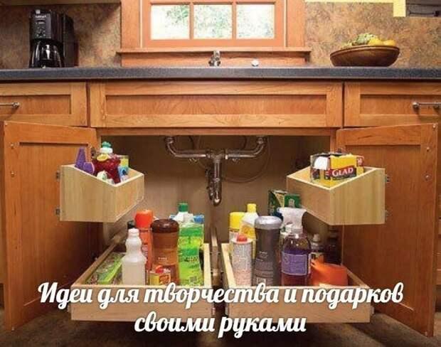 Выдвижные полки под раковиной. Идея экономии пространства на кухне.