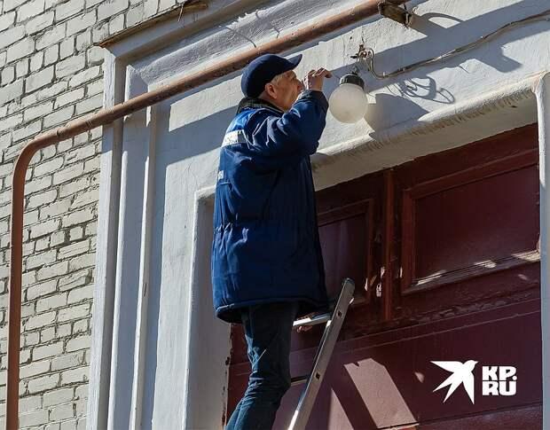 Проще всего управляющей компании сэкономить на мелком ремонте. Фото: Олег ЗОЛОТО