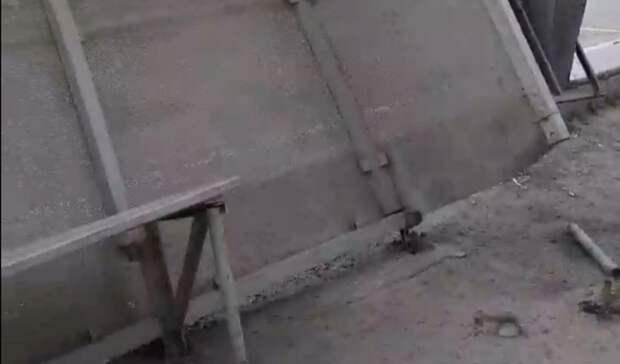 Из-за сильного ветра почти упала остановка «Молодежная» вТюмени