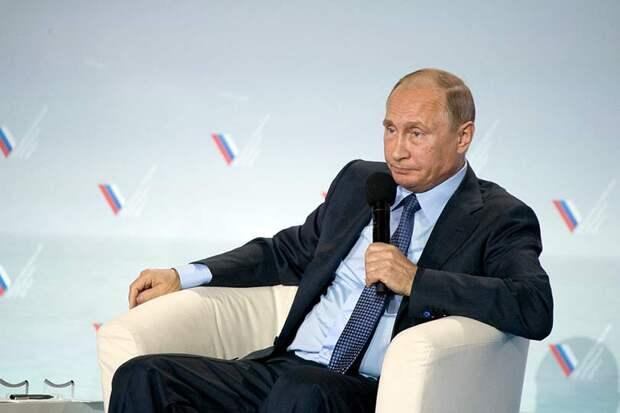 Стало известно имя женщины, которая встала на колени перед Путиным и передала ему записку