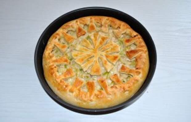 Затем кистью смазываем тесто слегка взбитым (вилкой) яйцом – и на выпечку в духовку, на средний ее уровень. При 200° пирог с курицей пропекается обычно за полчаса. И еще 10-12 минут стоит на столе под полотенцем.