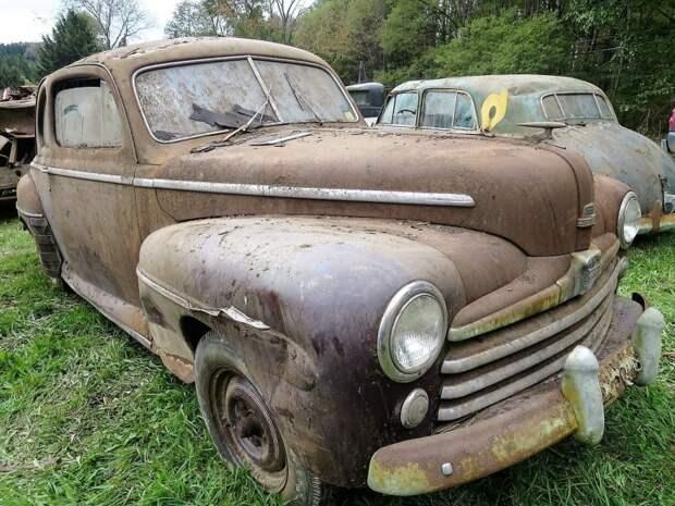 Ford 1947 года. Почти на таком же (только с откидным верхом) Бифф Тэннан гонял в 'Назад будущее' авто, джанкярд, коллекция, коллекция автомобилей, олдтаймер, ретро авто, свалка автомобилей