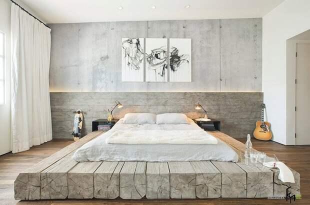 Кровать занимает центральное место в комнате.