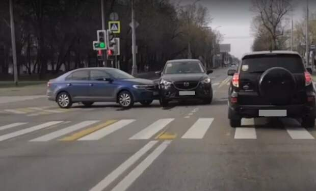 На перекрёстке улиц Свободы и Фабрициуса столкнулись две легковушки