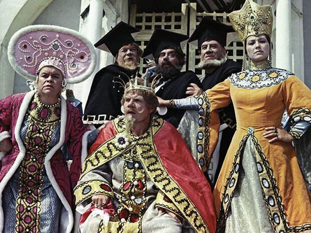 кадр из фильма «Огонь, вода и... медные трубы», 1967 год (Л. Королёва слева)