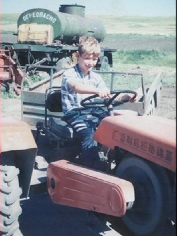 """Единственное сохранившееся у меня фото с этим трактором. Мы называли его """"Лунцзян"""". За рулем сидит старший сын.  Если обратить внимание на маховик двигателя, то понятно, что двигатель запущен."""