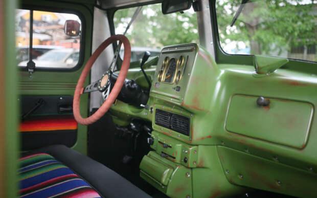 Стилистика грузовиков 50-х: стальная приборная панель, минимум пластиковых деталей.
