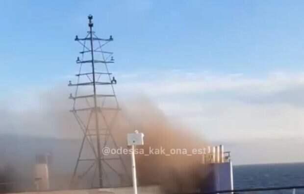 На борту есть люди: судно вспыхнуло в Черном море под Одессой, кадры ЧП