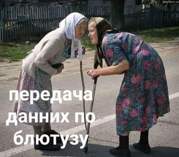 На улице к молодому мужчине подходит хорошенькая женщина...