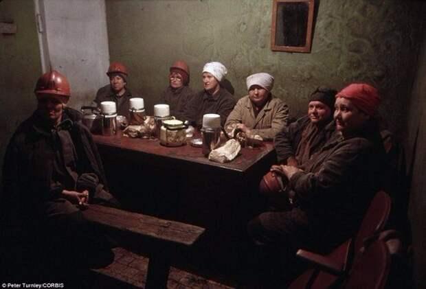 Женщины-шахтеры отдыхают после смены. Новокузнецк, июнь 1991 года.