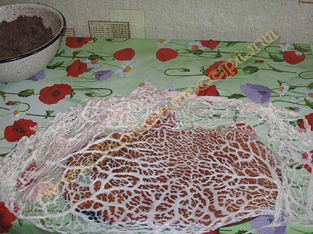 На столе расстилаем жировую сетку