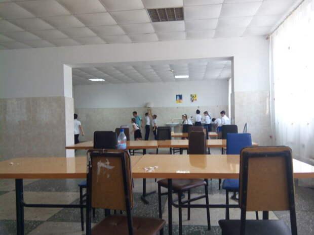 Ничего необычного, просто в школьной столовой поставили сушилку для рук еда, прикол, столовая, юмор